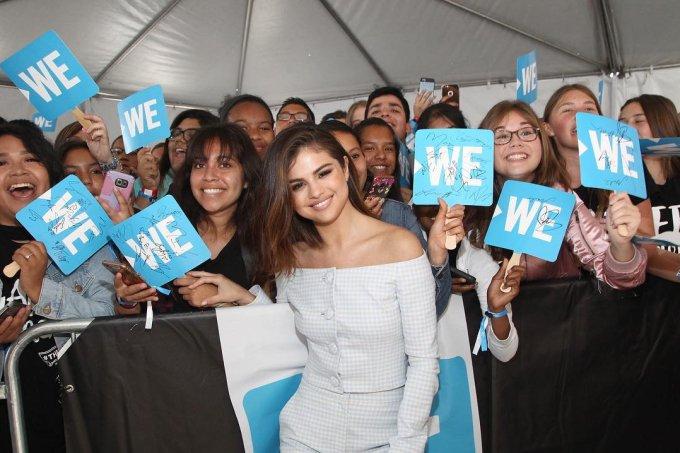 Selena Gomez cercada de fãs