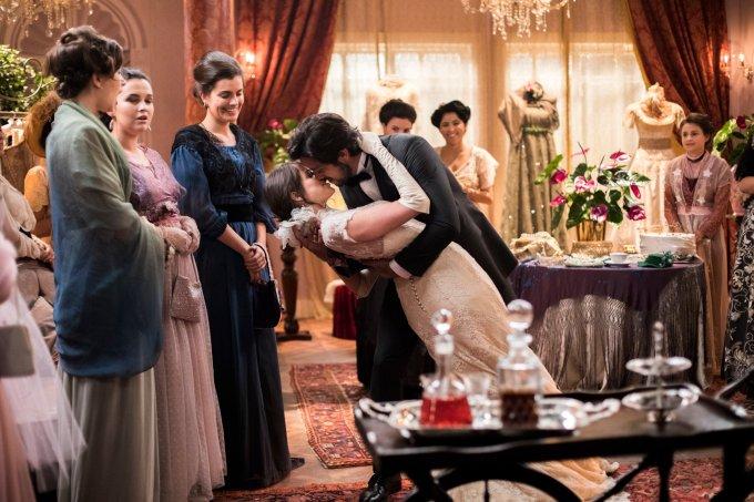 Ernesto (Rodrigo Simas) e Ema (Agatha Moreira) de mãos dadas, desfilam de noivo e noiva.