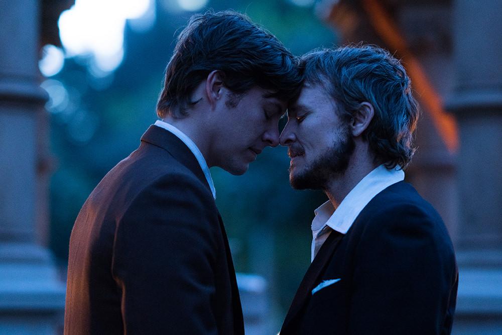 Xavier Samuel e Damon Harrison em 'Pelo Direito de Ser Feliz'