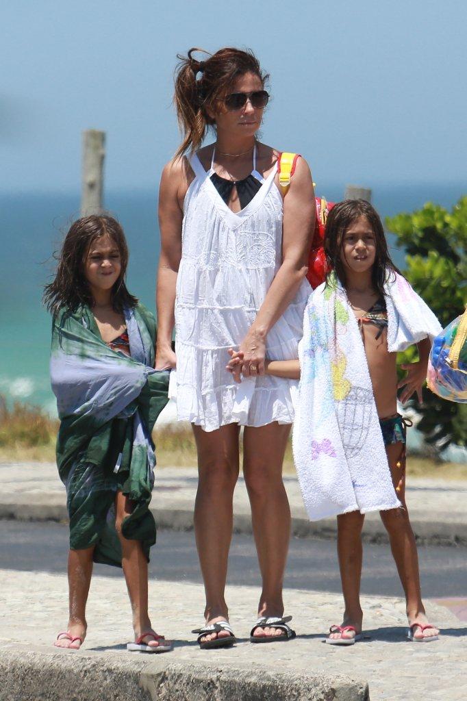 Giovanna Antonelli e filhas na praia