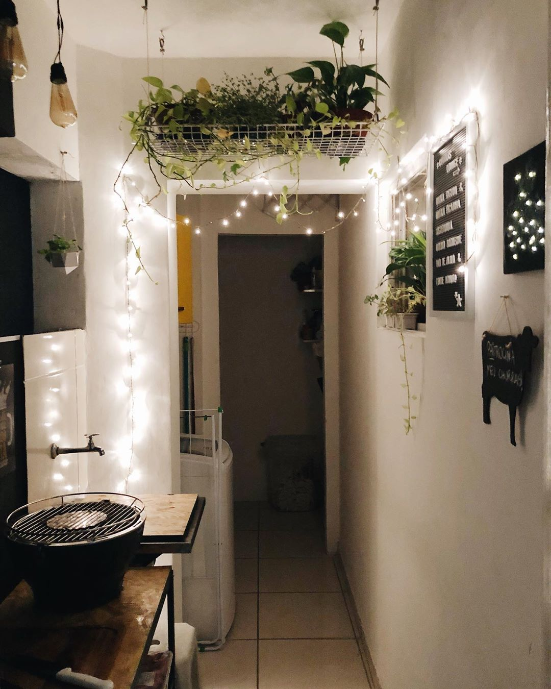 cordão de luzes no corredor