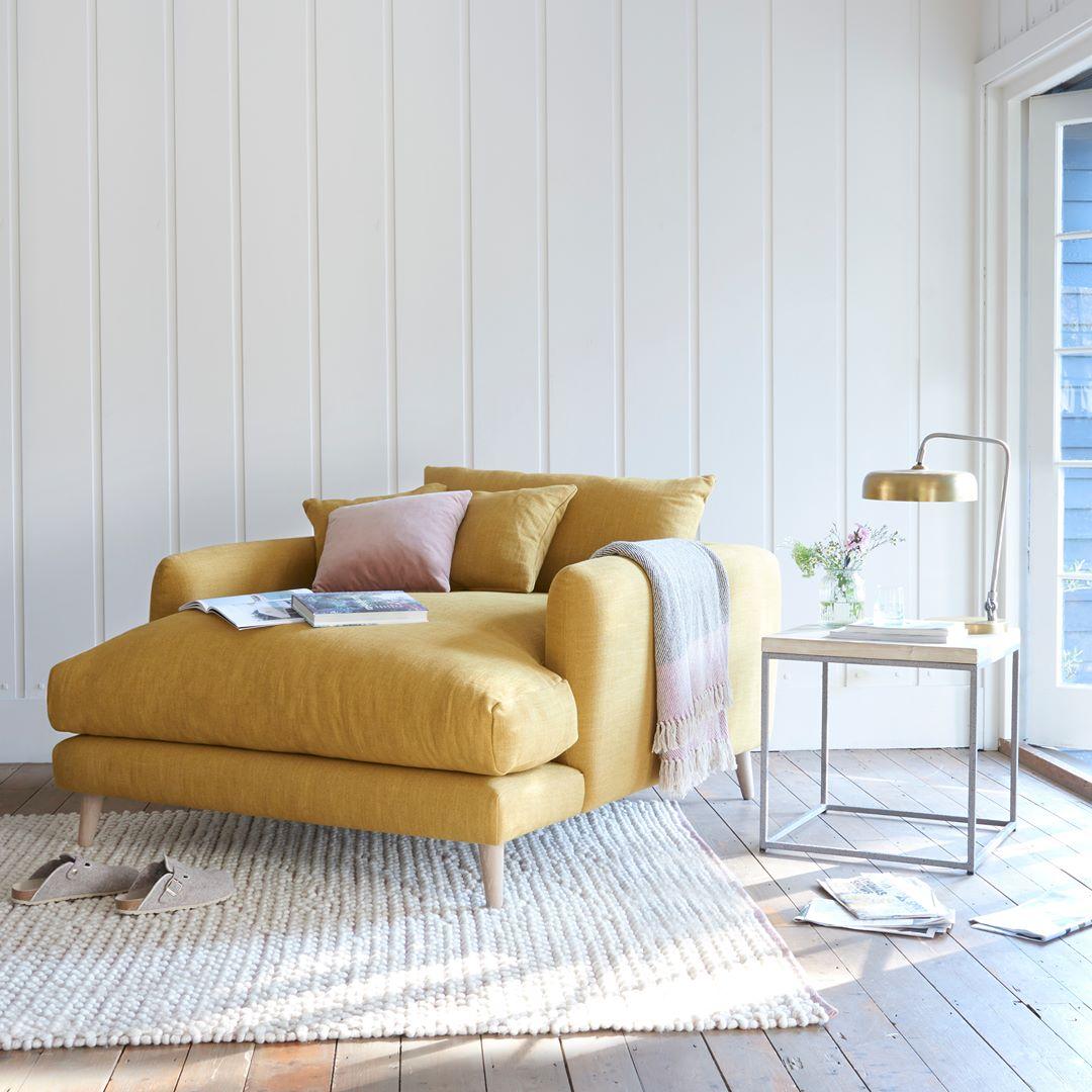 sofá amarelo mostarda