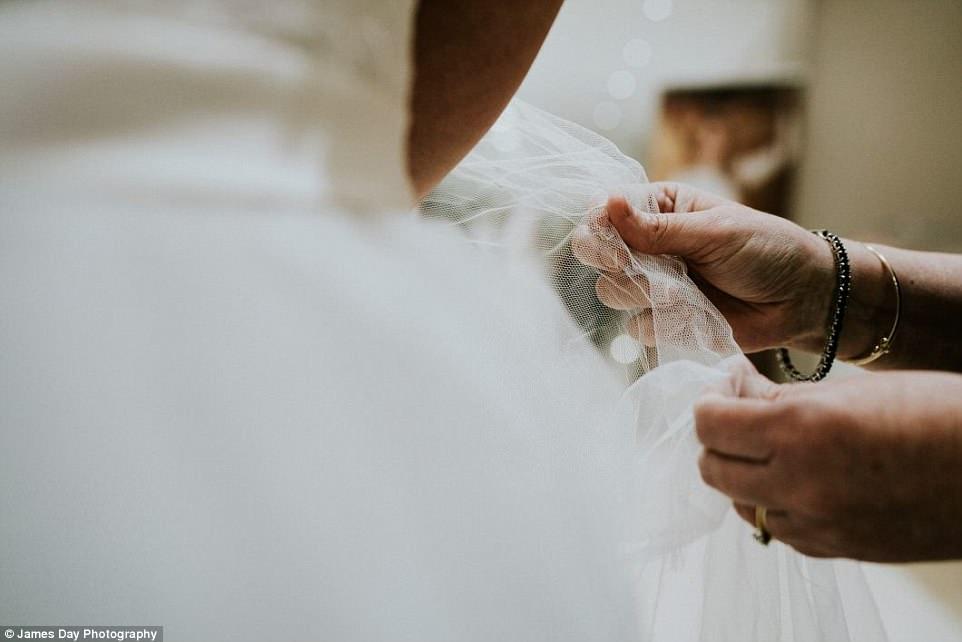 Jovem com deficiência visual se emociona ao escolher vestido de noiva