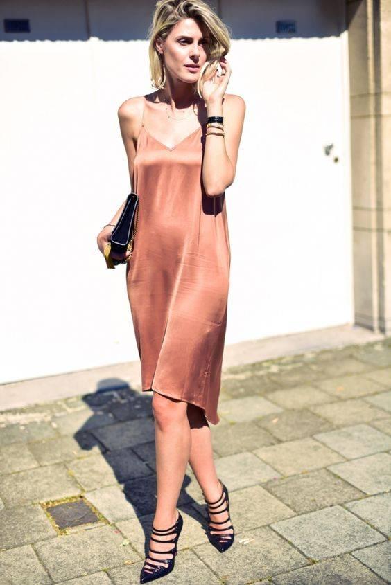 mulher usando vestido estilo slip dress