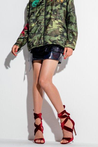 Jaqueta de tactel, Diesel, R$ 1 725. Vestido de couro, Louis Vuitton, R$ 29 900. Sandálias de veludo molhado, Cecconello, R$ 280.