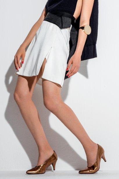 Top de algodão, Osklen, R$ 247. Saia de algodão, 3.1 Phillip Lim, R$ 2 080, NK Store. Bracelete de metal, Eleonora Hsiung, R$ 400. Sapatos de couro, Piccadilly, R$ 190.