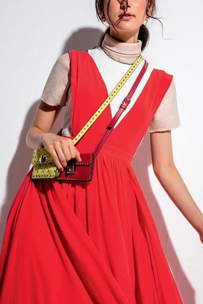 Camiseta de tricô, Spezzato, R$ 439. Regata de tricô, Modem, R$ 330. Vestido de algodão, Luisa Farani, R$ 2 990. Brincos de metal, Animale, R$ 298. Bolsas de couro, Valentino, R$ 5 880, a amarela, e R$ 5 240, a vermelha.