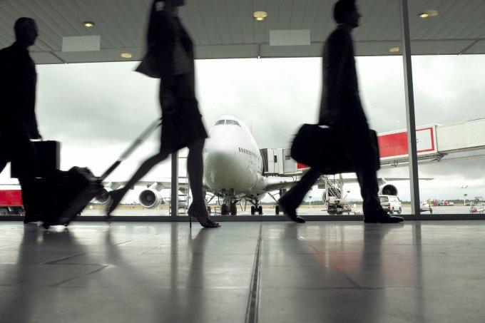 pessoas caminhando pelo aeroporto