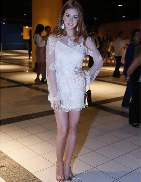 Para as românticas, um vestido com rendas e transparências é sempre uma boa pedida.