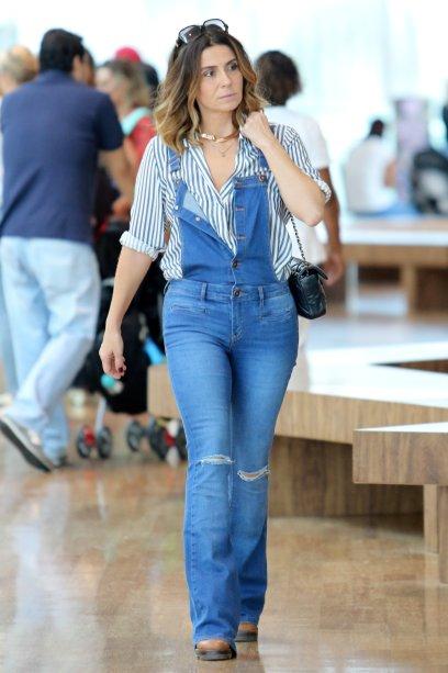 A jardineira jeans faz o look! O toque moderno fica por conta da choker dourada.