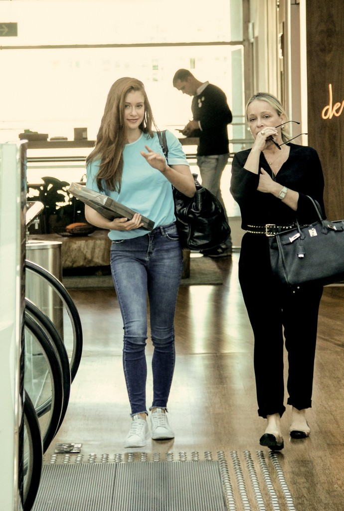 Marina Ruy Barbosa usa look jeans