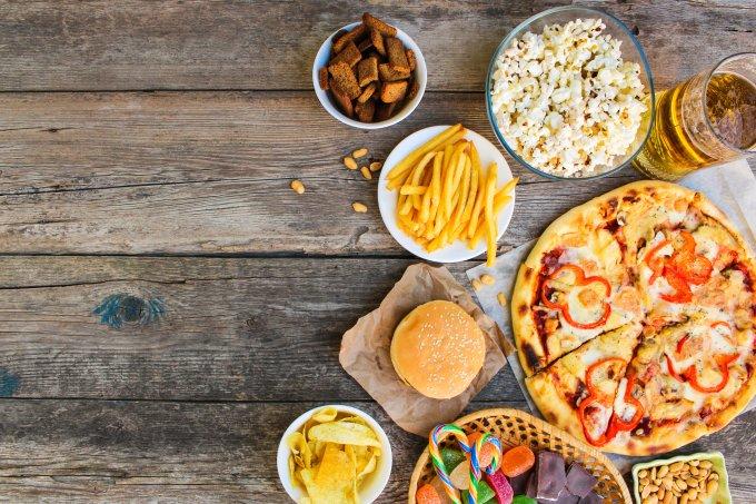 Tipos de alimentos que prejudicam muito a pele oleosa ou com acne
