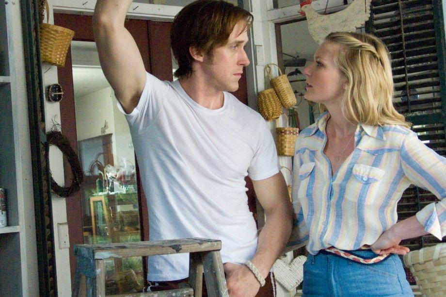De camisa + jeans de cintura alta em cena com Ryan Gosling.
