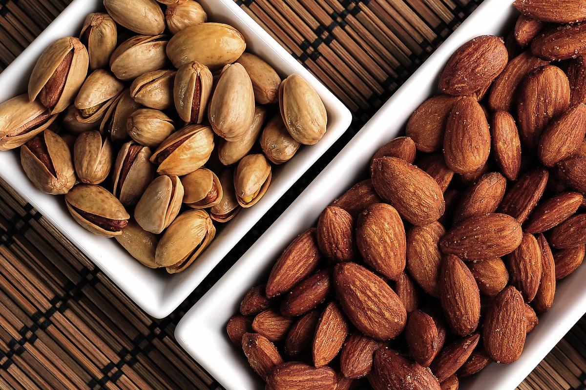Amêndoas e pistache são bons ativos naturais para a pele seca