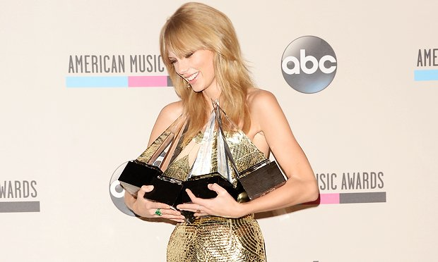 american-music-awards-looks-celebridades-taylor-swift-55009-1