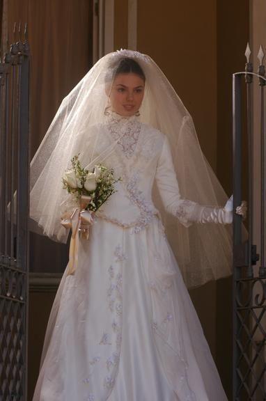 Isis Valverde, como a personagem Ana do Véu, em Sinhá Moça (2006)