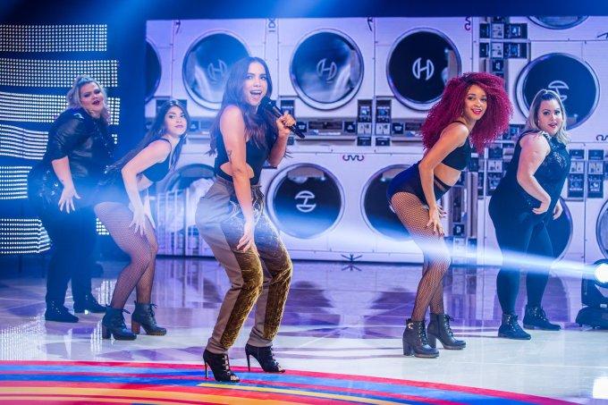 Anitta apresenta dançarinas plus size