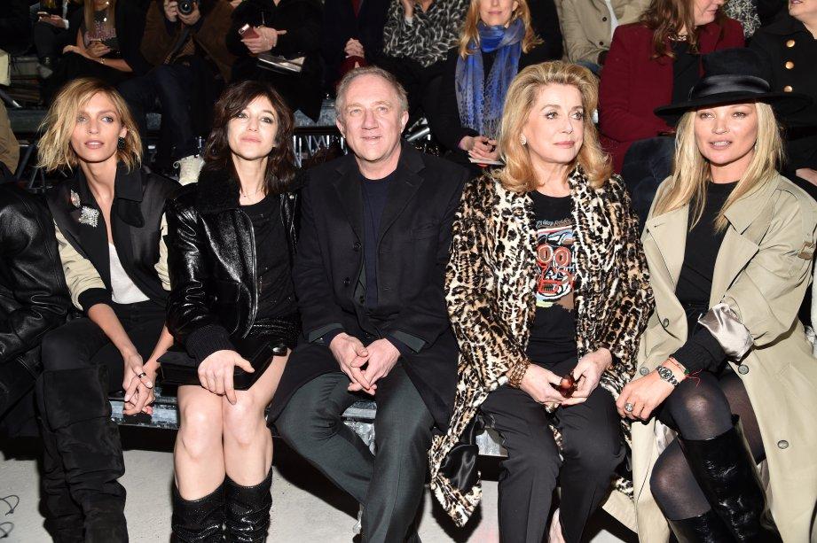 Anja Rubik, Charlotte Gainsbourg, Francois-Henri Pinault, Catherine Deneuve e Kate Moss no desfile da Saint Laurent