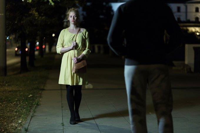 mulher-andando-na-rua-homem-medo