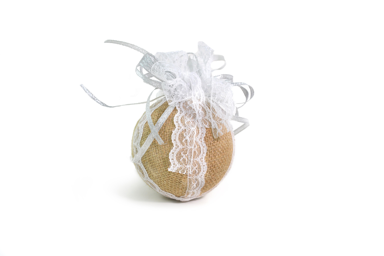 Bola de Natal feita com tecido de palha em fundo branco