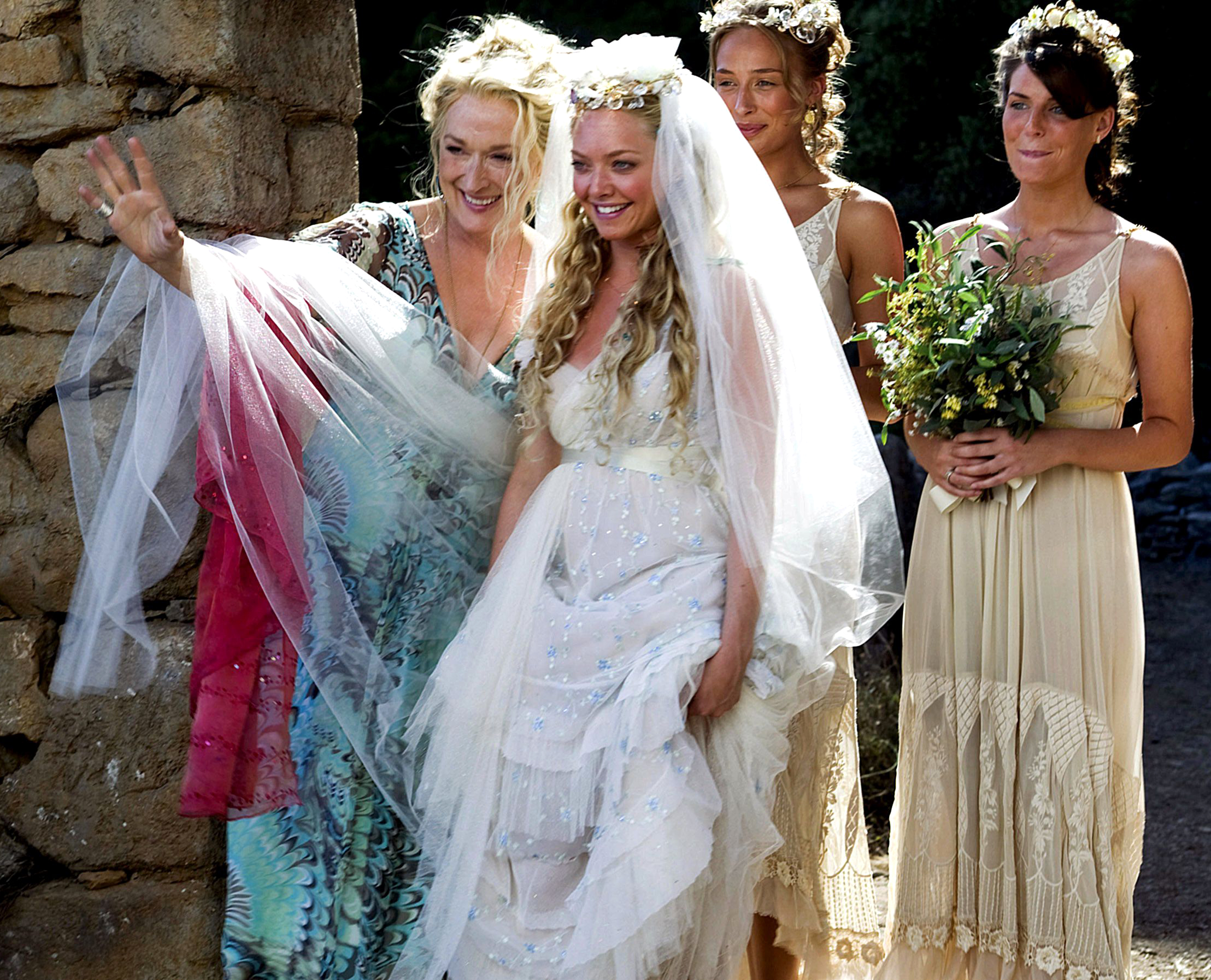 """Amanda Seyfried (Sophie) em """"Mamma Mia! (2008)"""", com peça da figurista Ann Roth"""