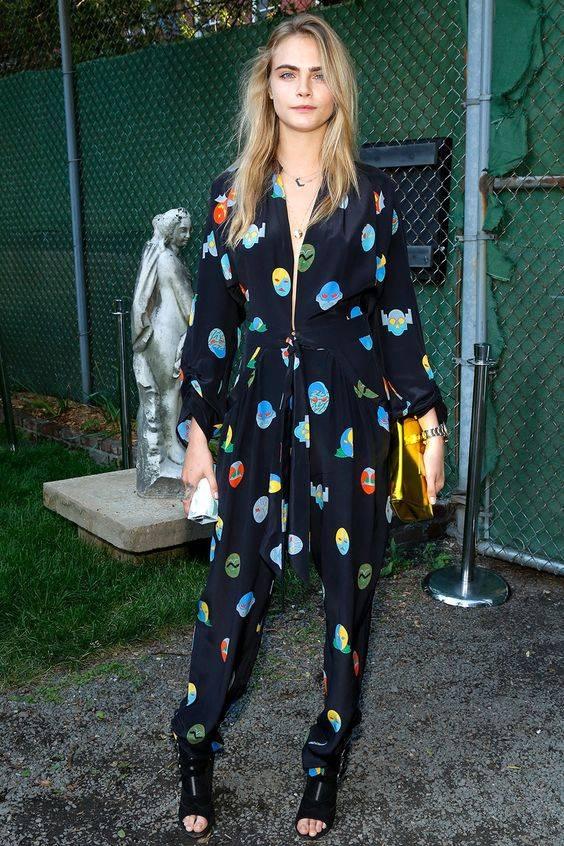 Cara Delevingne usa look pijama