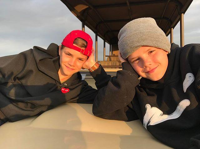 Romeo e Cruz Beckham, de 12 anos.