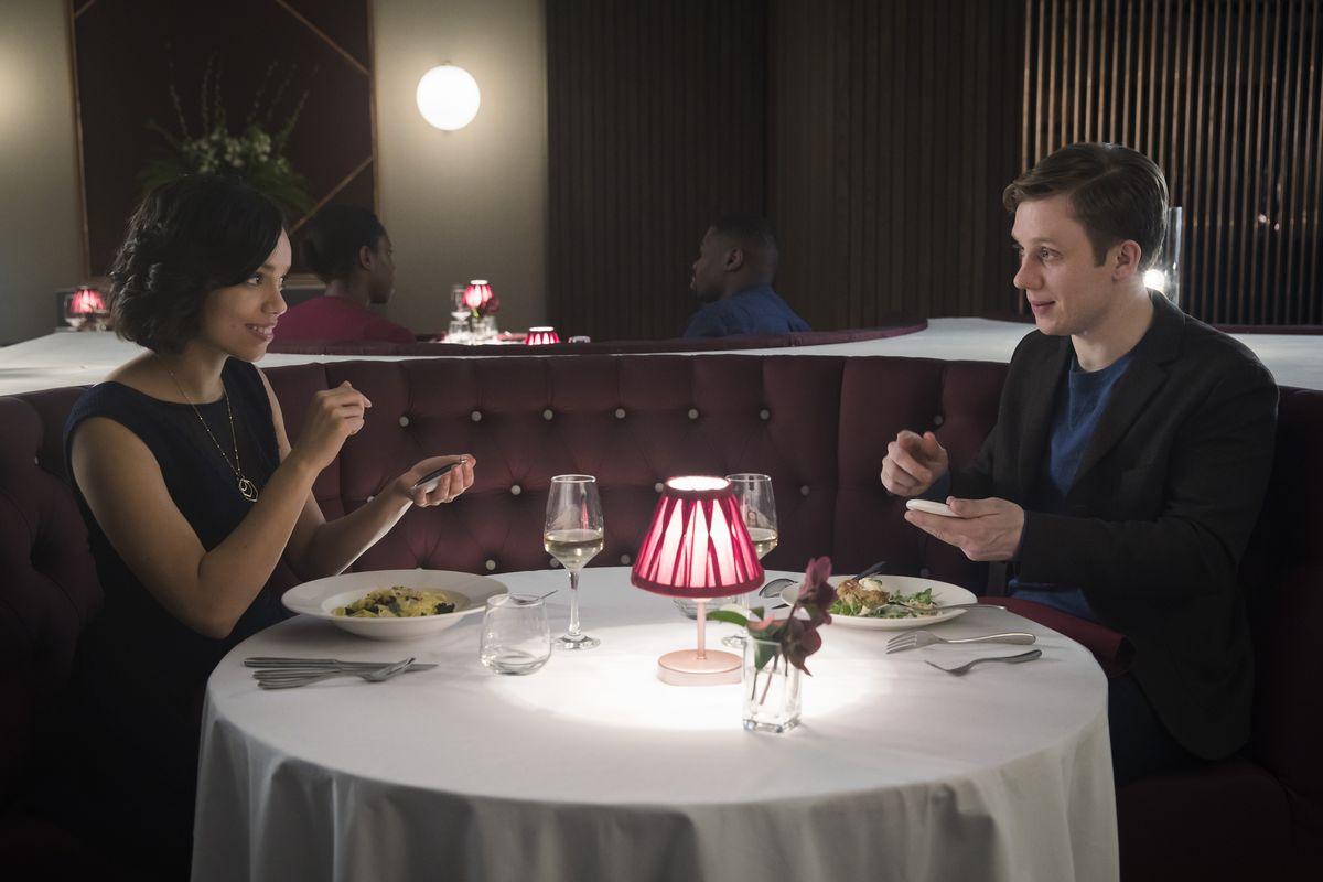 """Cena do episódio """"Hang The Dj"""", da série """"Black Mirror"""", que mostra o momento em que o casal descobre quanto tempo o """"match""""vai durar"""