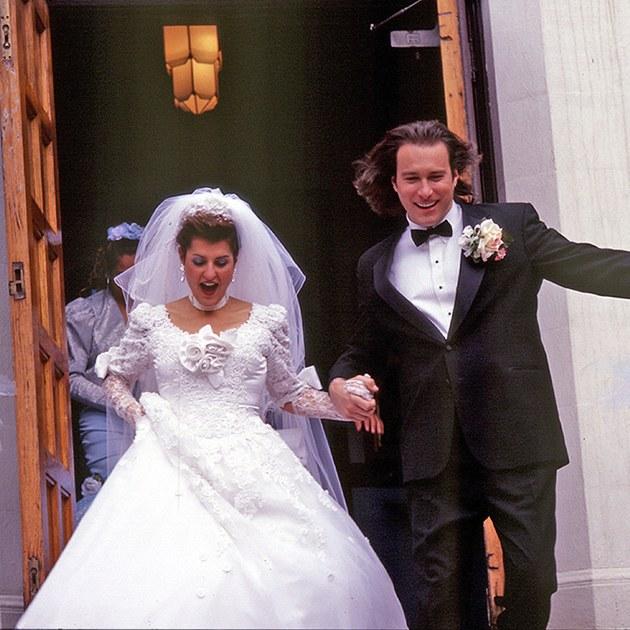 "Nia Vardalos, que vive Toula Portokalos em ""Casamento Grego (2002)"", vestindo o designer Michael Clancy"