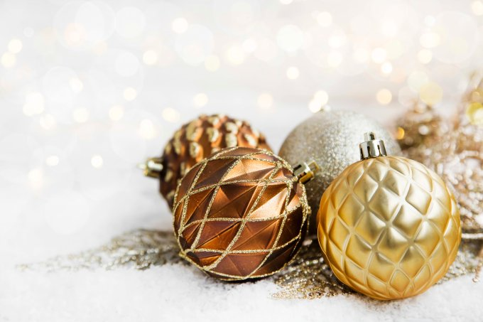Bolas de Natal douradas em fundo branco