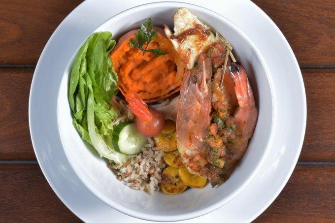 Brochette de tilápia com camarão grelhado arroz e saladinha da horta – Crédito Viny Arruda