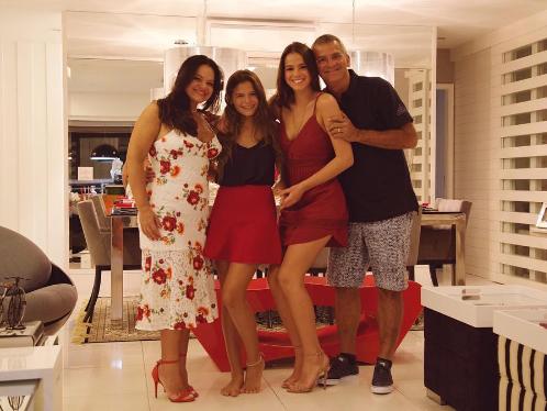 Bruna Marquezine com os pais e a irmã