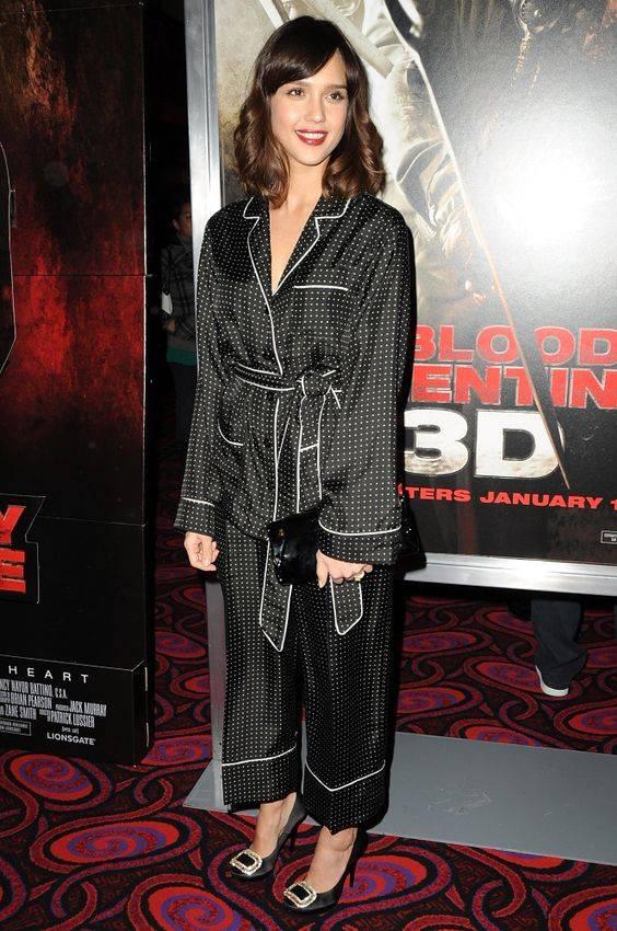 Jessica Alba usa look pijama