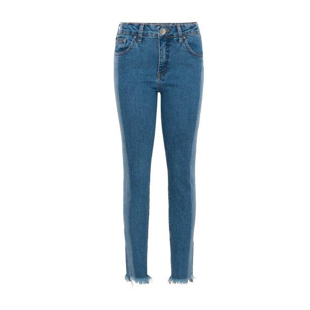 Calça jeans com detalhes, R$ 129,99. <i>*preços checados em março de 2017.</i>