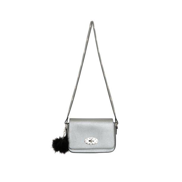 Bolsa prata com pompom, R$ 159,99. <i>*preços checados em março de 2017.</i>