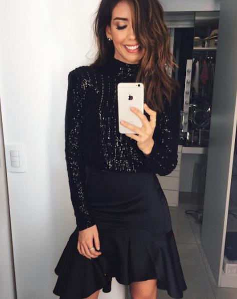 Camila Coutinho reafirmou sua tradição de sempre usar preto na noite de Natal