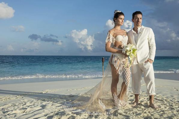 <span>Com vestido assinado pela Água de Coco, Isabelli Fontana se casou com Di Ferrero nas Ilhas Maldivas em 2016. Os looks dos noivos foi todo branco e bem descontraído, apropriado para o local.</span>