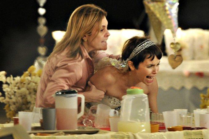 """Carminha (Adriana Esteves) e Nina (Débora Falabella), em """"Avenida Brasil"""""""