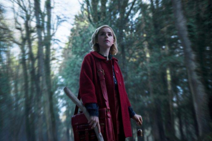 Sabrina andando pela floresta em O Mundo Sombrio de Sabrina