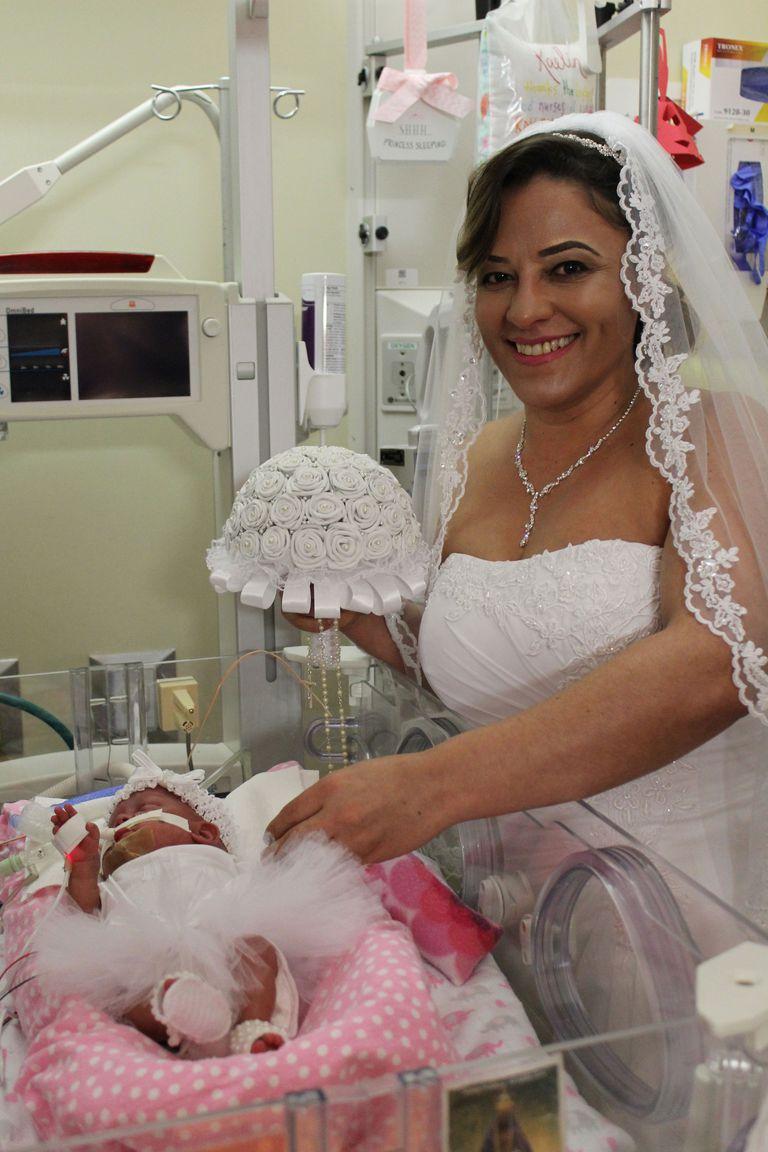 Homem e mulher se casam na UTI junto da filha que nasceu prematura