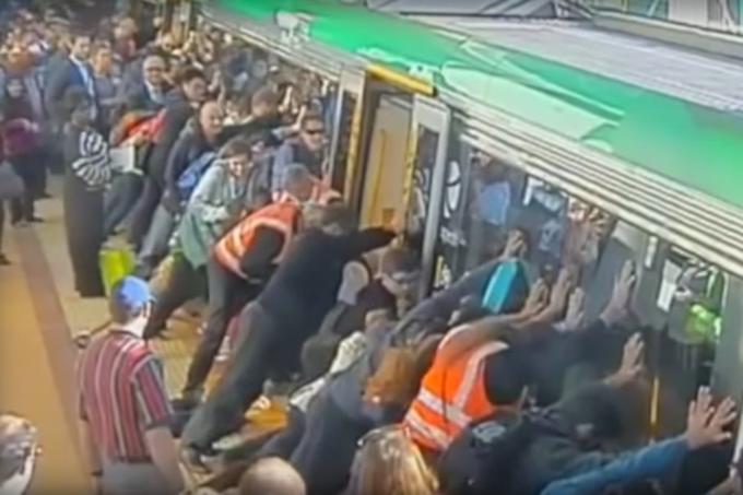 Homem fica preso no metrô