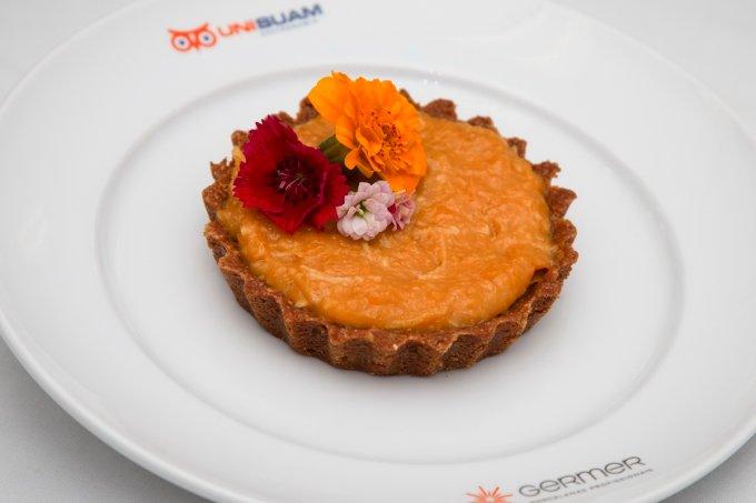 Cheesecake vegano com flores comestíveis