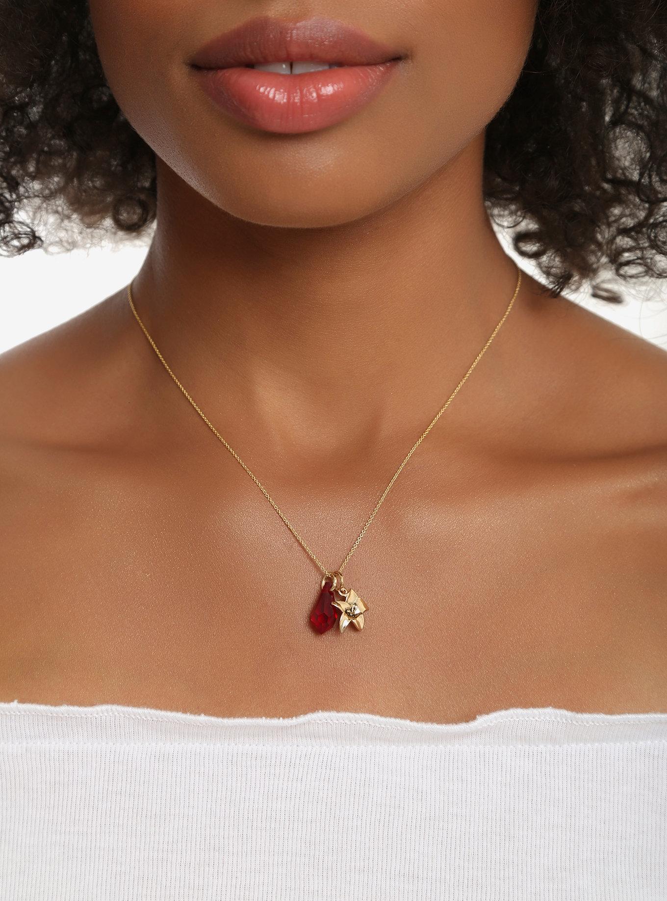 Colar com amuleto vermelho