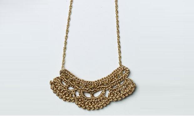 Veja como fazer um colar metalizado com crochê
