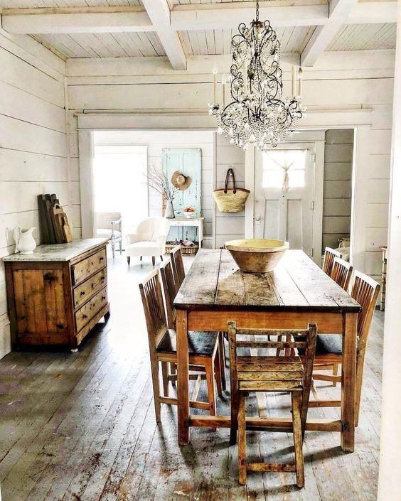 Decoração colonial e clássica na sala de jantar