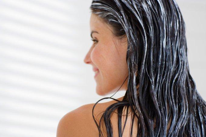 Como fazer a hidratação caseira dos cabelos parecer de salão