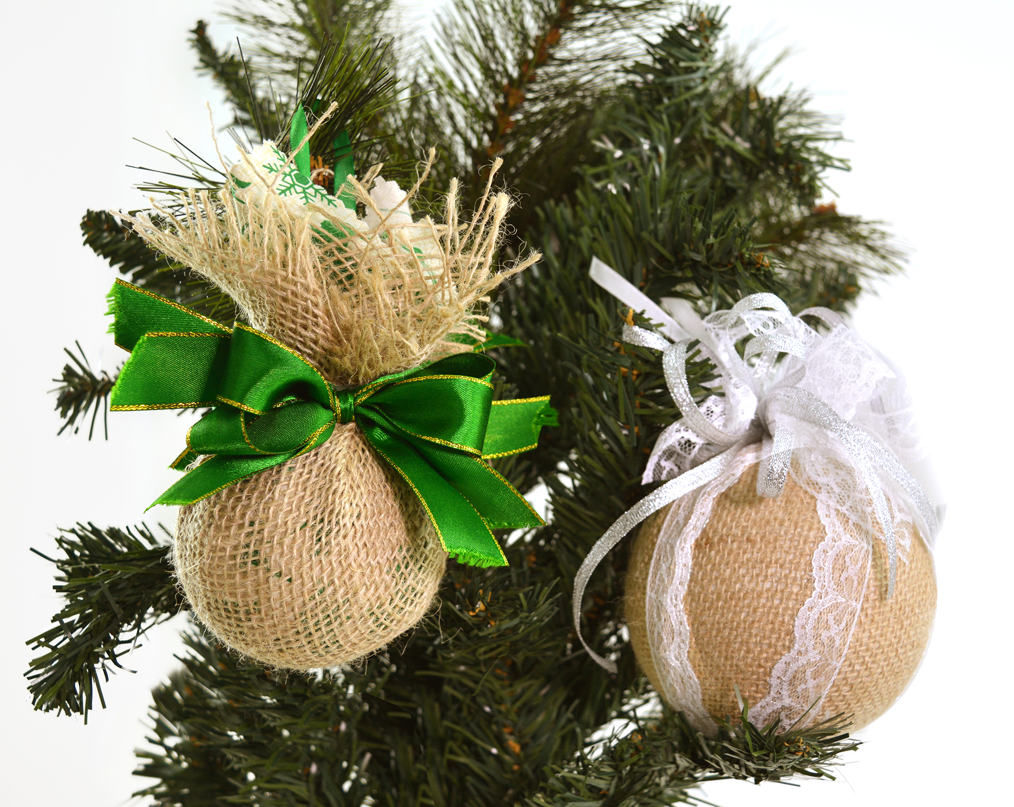 Bolas de Natal de diferentes modelos penduradas em árvore