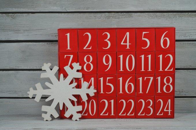 Calendário do advento vermelho acompanhado de um floco de neve