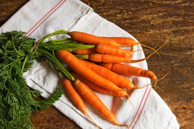 Como usar as folhas das cenouras em receitas
