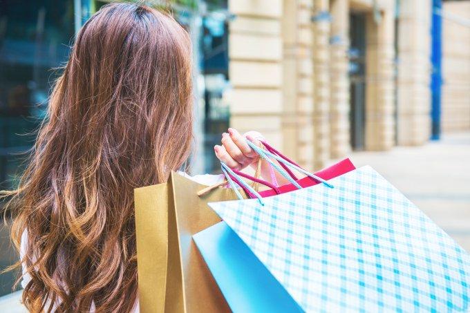 mulher-com-sacolas-de-compras